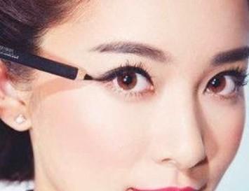 拉长眼尾眼线:为了能够让眼型看起来更加漂亮,那么大家在画眼妆的时候