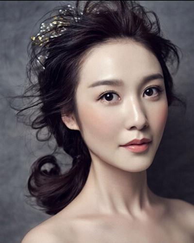 微显凌乱感的齐刘海造型设计可是最显新娘的甜美可爱