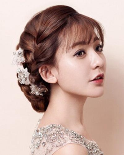 1,首先想做韩式新娘妆发型,头发发量要饱满,长度要适